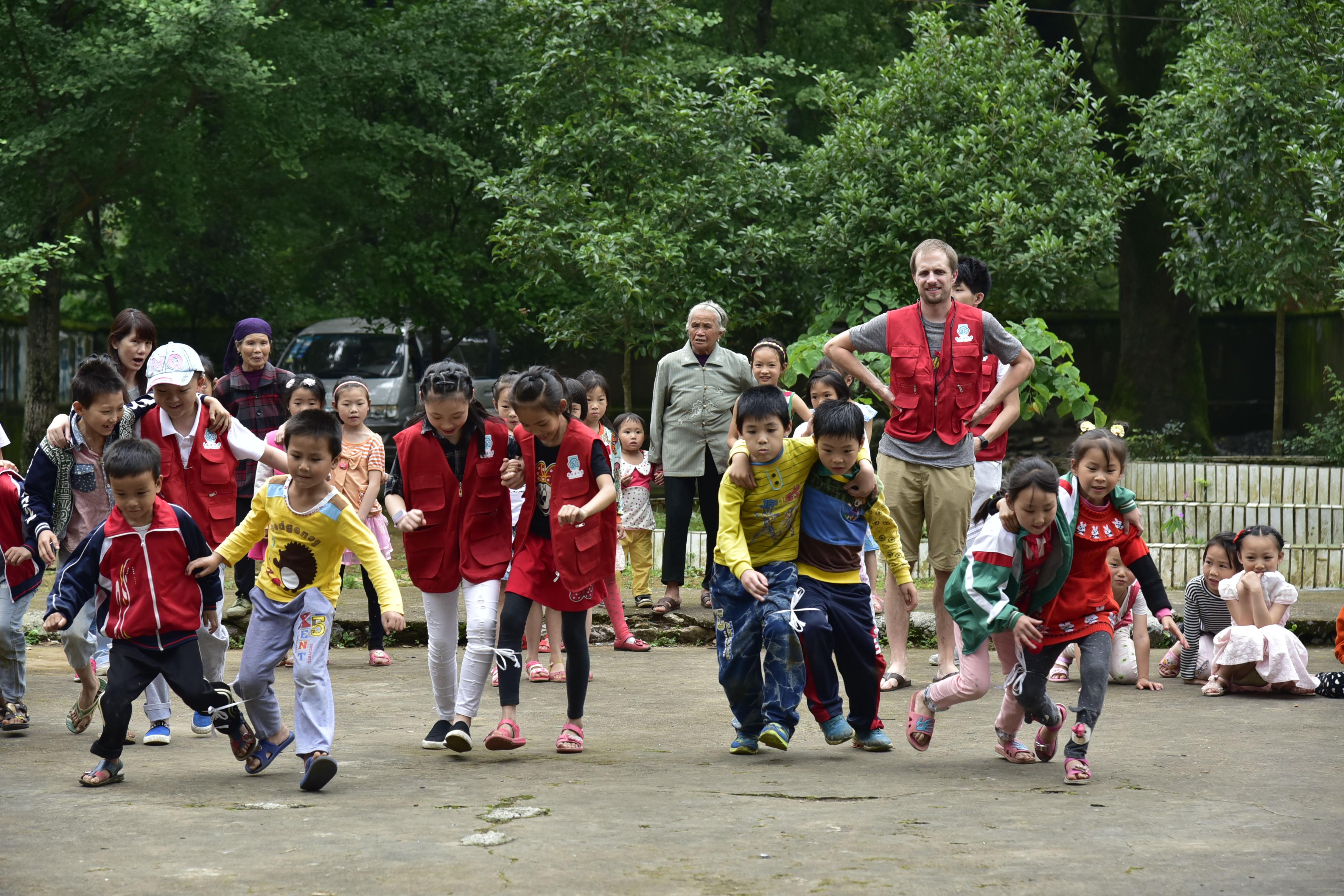 """国际友人志愿者参与""""乡村留守儿童文化服务活动""""_看图王.jpg"""