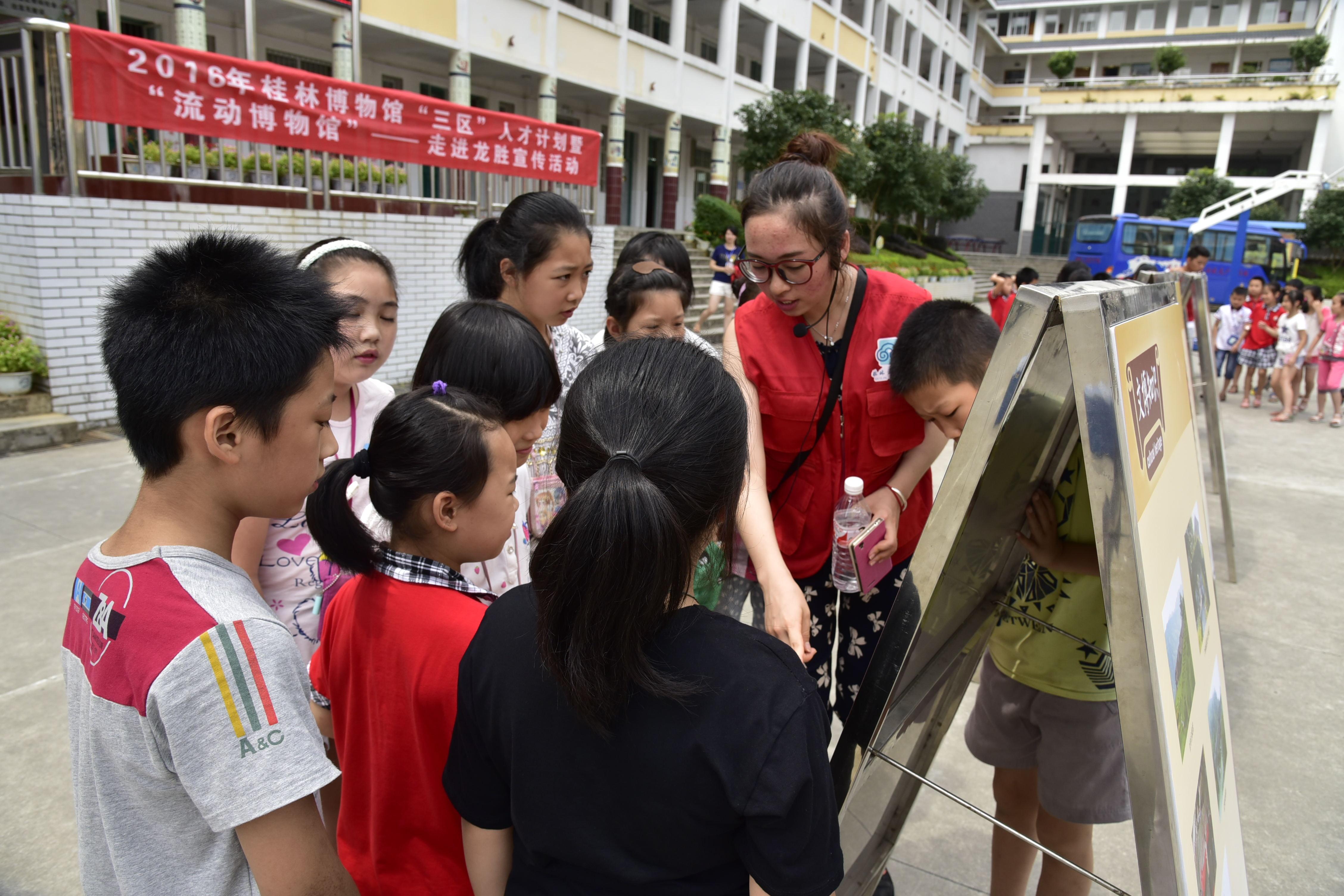 """大学生志愿者参与""""走进校园文化服务活动""""_看图王.jpg"""